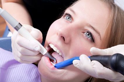 Junge Frau bein Zahnarzt